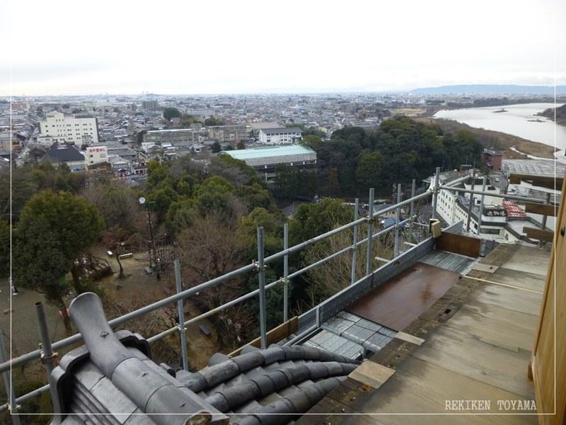2-087 天守閣から城下町越しに名古屋市方面を見る。右手は木曽川_R.JPG